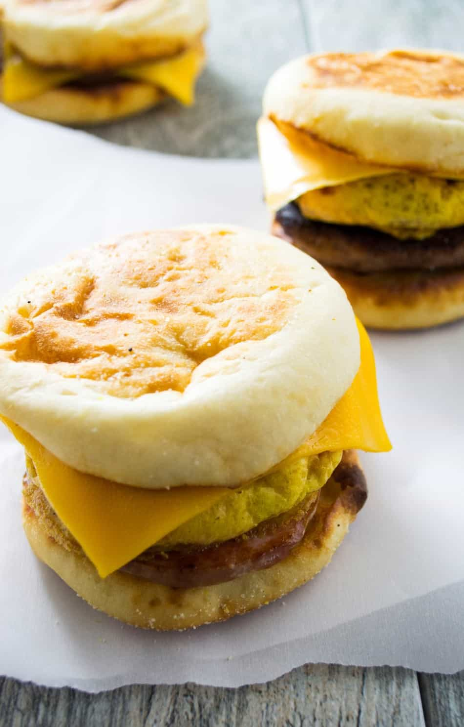 Make Ahead Freezer Breakfast Sandwiches | Make Ahead Freezer Breakfast Sandwich will save you time in the morning and feed your family a healthy, nutritious breakfast as you are flying out the door! | Pack Momma | https://www.awickedwhisk.com