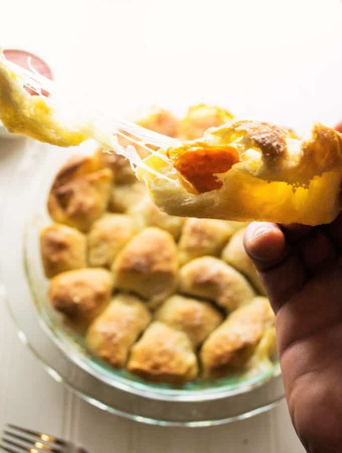 Pull Apart Pizza Rolls - These easy Pull Apart Pizza Rolls are the perfect Go-To to fulfill your pizza cravings. Fast, hot and delicious, they are ideal for snacking and sharing. | Pack Momma | https://www.awickedwhisk.com