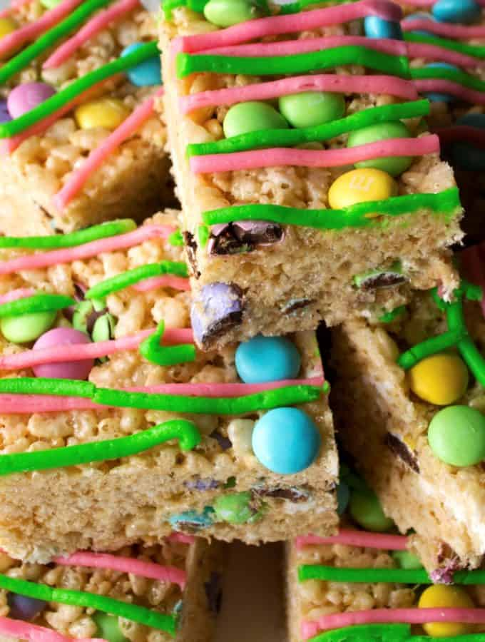 No-Bake Easter Rice Krispie Treats | No-Bake Easter Rice Krispie Treats are the perfect dessert to celebrate Springtime. Adorable, delicious and easy to make, these are the perfect sweet treat | Pack Momma | https://www.awickedwhisk.com