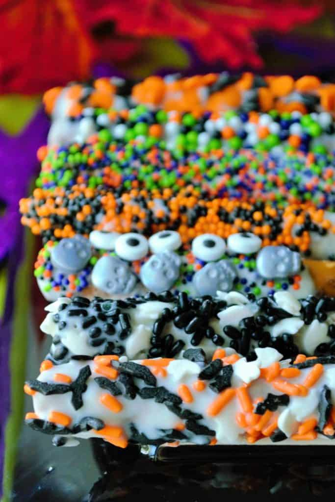 Halloween Pretzels | Halloween Pretzels are easy, delicious and such a fun and festive idea for a quick Halloween treat! This salty sweet snack will be the hit of Halloween! | Pack Momma | https://www.awickedwhisk.com