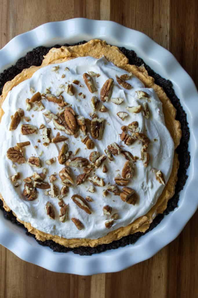 No Bake Pumpkin Chesesecake Pie is an easy creamy no bake pumpkin dessert that is ready in just two hours. Easy to make, this No Bake Pumpkin Chesesecake Pie is the perfect easy pumpkin dessert for last minute invites and potluck parties!